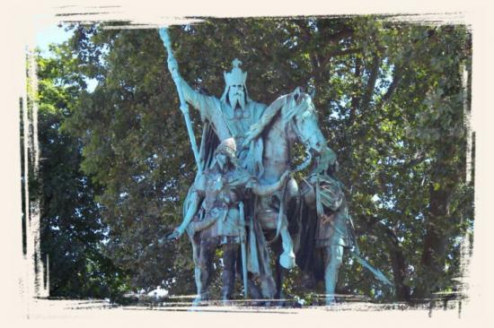 Statue de Charlemagne devant Notre Dame de Paris